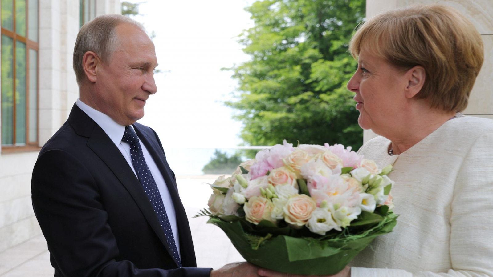 putin-greets-visiting-merkel-with-a-bouquet-of-flowers